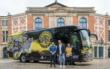 Der neue Mannschaftsbus der SpVgg Bayreuth – präsentiert von Marcel Rozgonyi (Technischer und Sportlicher Direktor), Dr. Wolfgang Gruber (Geschäftsführer) und die Künstlerin Annabel Adler. Foto: SpVgg Bayreuth