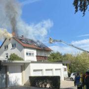 In Bayreuth steht am Samstag (19.9.2020) der Dachstuhl eines Hauses in Flammen. Foto: News5/Holzheimer