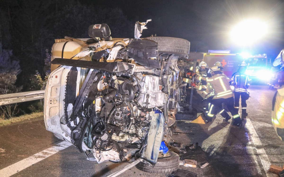 Auf der A70 in Richtung Bayreuth ist bei Thurnau ein Lkw umgekippt. Es kam zu mehreren Folgeunfällen. Drei Personen wurden verletzt. Foto: News 5/Holzheimer