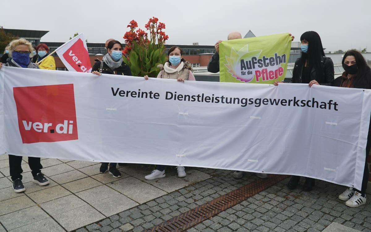 Streik vor dem Klinikum in Bayreuth. Pflege ist systemrelevant, heißt es von Seiten der Angestellten. Foto: Raphael Weiß