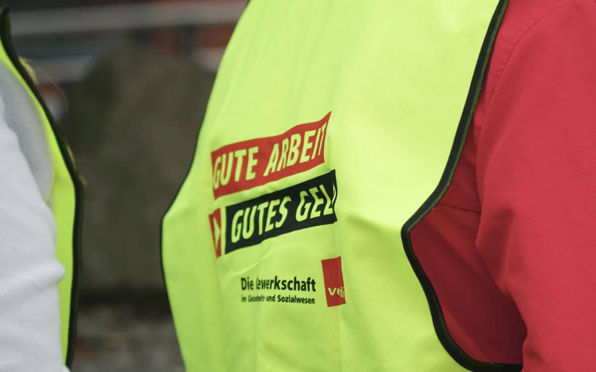"""Streik vor dem Klinikum in Bayreuth. Die Angestellten fordern: """"Gute Arbeit, gutes Geld."""" Foto: Raphael Weiß"""