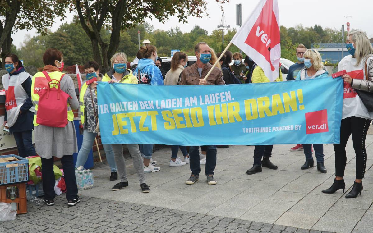 Streik in Bayreuth: Angestellte des Klinikums haben die Arbeit niedergelegt und demonstrieren. Foto: Raphael Weiß