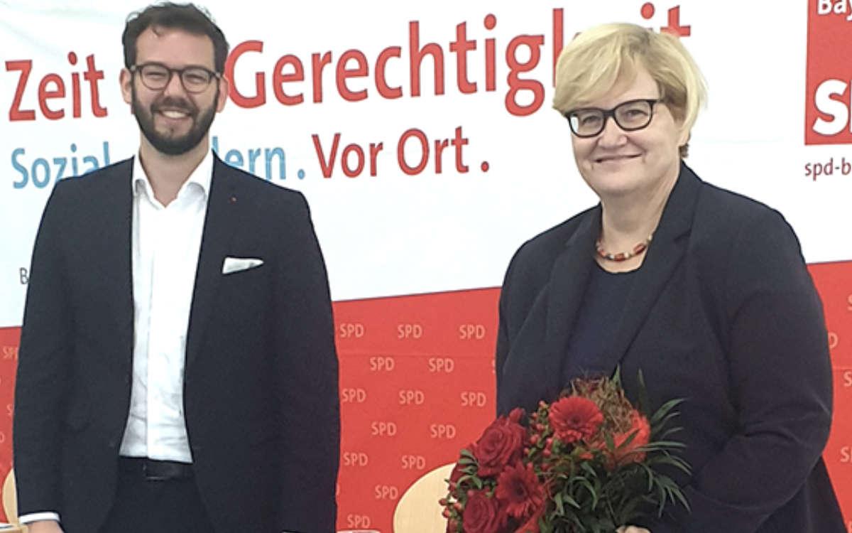 Von Versammlungsleiter Andreas Zippel bekam Kramme nicht nur den obligatorischen Blumenstrauß überreicht, sondern auch von den Mitarbeitern aus dem Büro einen kleinen Präsentkorb zum Geburtstag. Foto: SPD Bayreuth