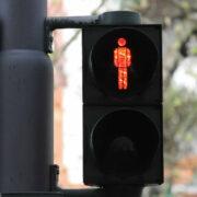 Fußgängerampeln beschädigt - Lkw-Fahrer begeht Unfallflucht. Symbolfoto: Pixabay