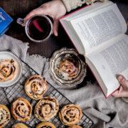 Ein gutes Buch, selbstgebackene Apfel-Zimt-Schnecken und ein heißer Tee: Schon ist der Alltag ganz weit weg. Foto: djd/www.messmer.de
