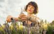 Im Spätsommer schneidet man bei Lavendel mit der Gartenschere lediglich die vertrockneten Blütenstände ab. Die Pflanze muss noch Kraft speichern, um sich vor dem Winter zu schützen. Copyright: GARDENA