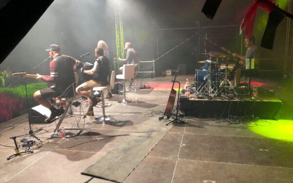 """Die """"Troglauer"""" am Freitagabend beim Konzert auf der Seebühne in der Wilhelminenaue in Bayreuth"""