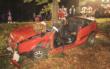 Im Landkreis Bayreuth ist ein Auto gegen einen Baum gekracht. Die Feuerwehr musste das Dach des Autos abnehmen, um die Insassen zu befreien. Foto: News5/Holzheimer