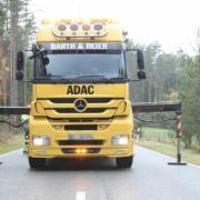 Im Landkreis Bayreuth kam es zu einem Unfall bei einem Überholvorgang eines Traktors. Symbolfoto: Pixabay