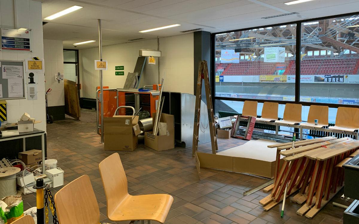Das SVB-Bad steht kurz vor der Wiedereröffnung. Aktuell sind die Fliesenarbeiten im Umkleidebereich abgeschlossen. Foto: Katharina Adler