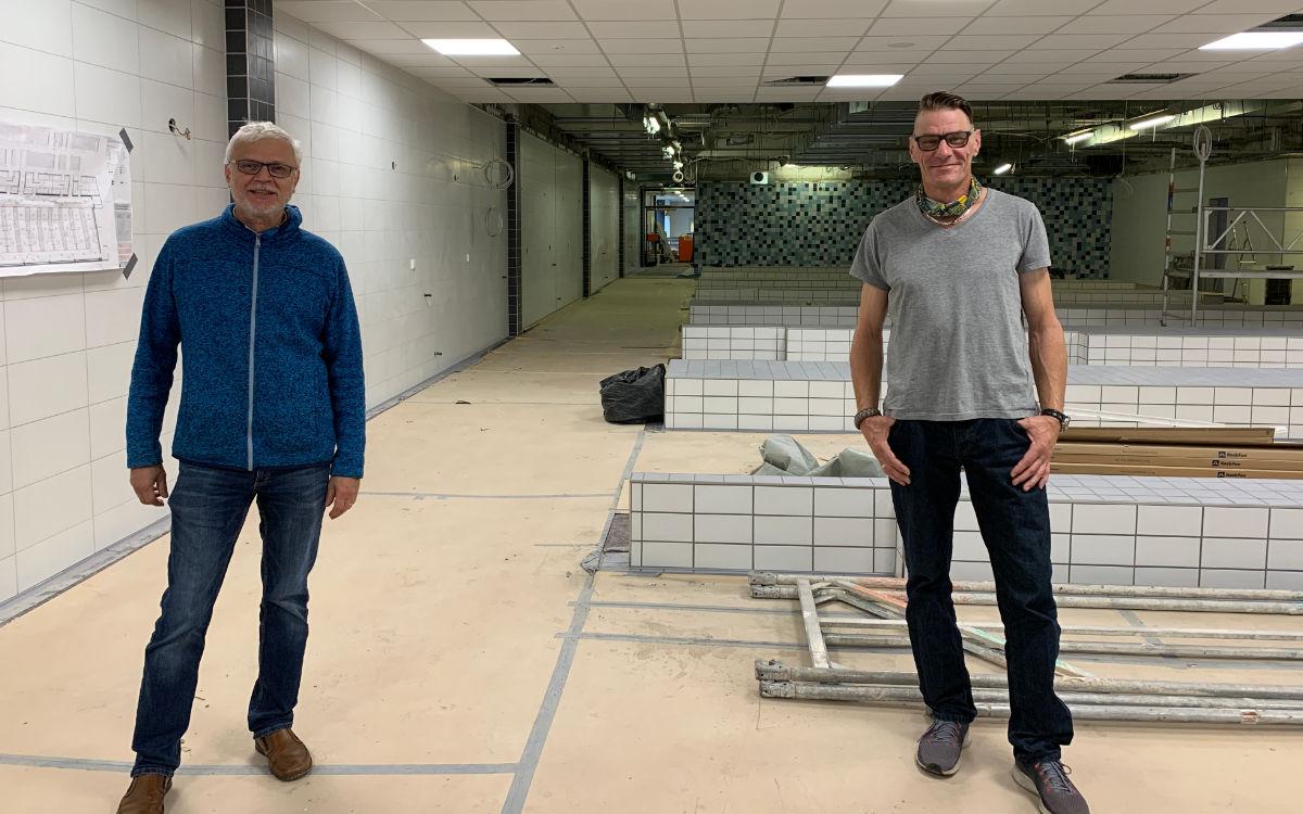 Die Betriebsleiter Wolfgang Sommermann und Jochen Brückner stehen auf der Baustelle im Umkleidebereich des SVB-Bades. Foto: Katharina Adler