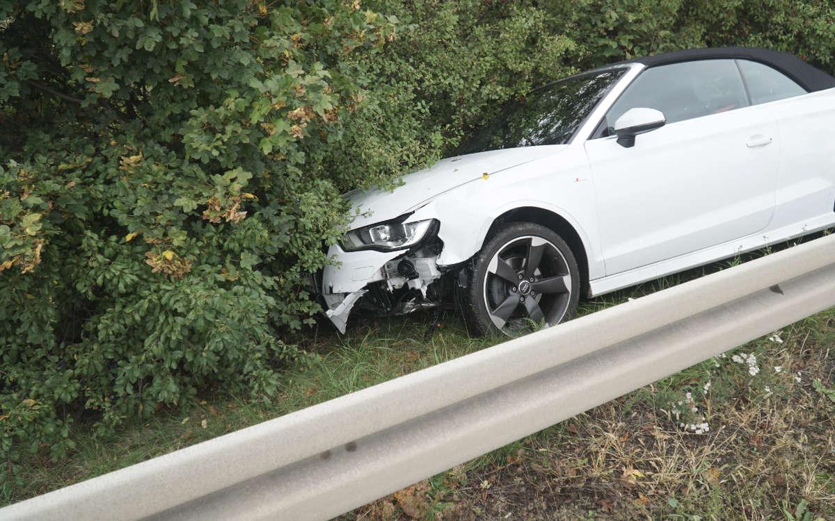 Ein Auto hat am Montag (12.10.2020) in Bayreuth die Leitplanke bei der Hochbrücke durchbrochen. In Folge bauten auch zwei weitere Autos einen Unfall. Foto: Redaktion