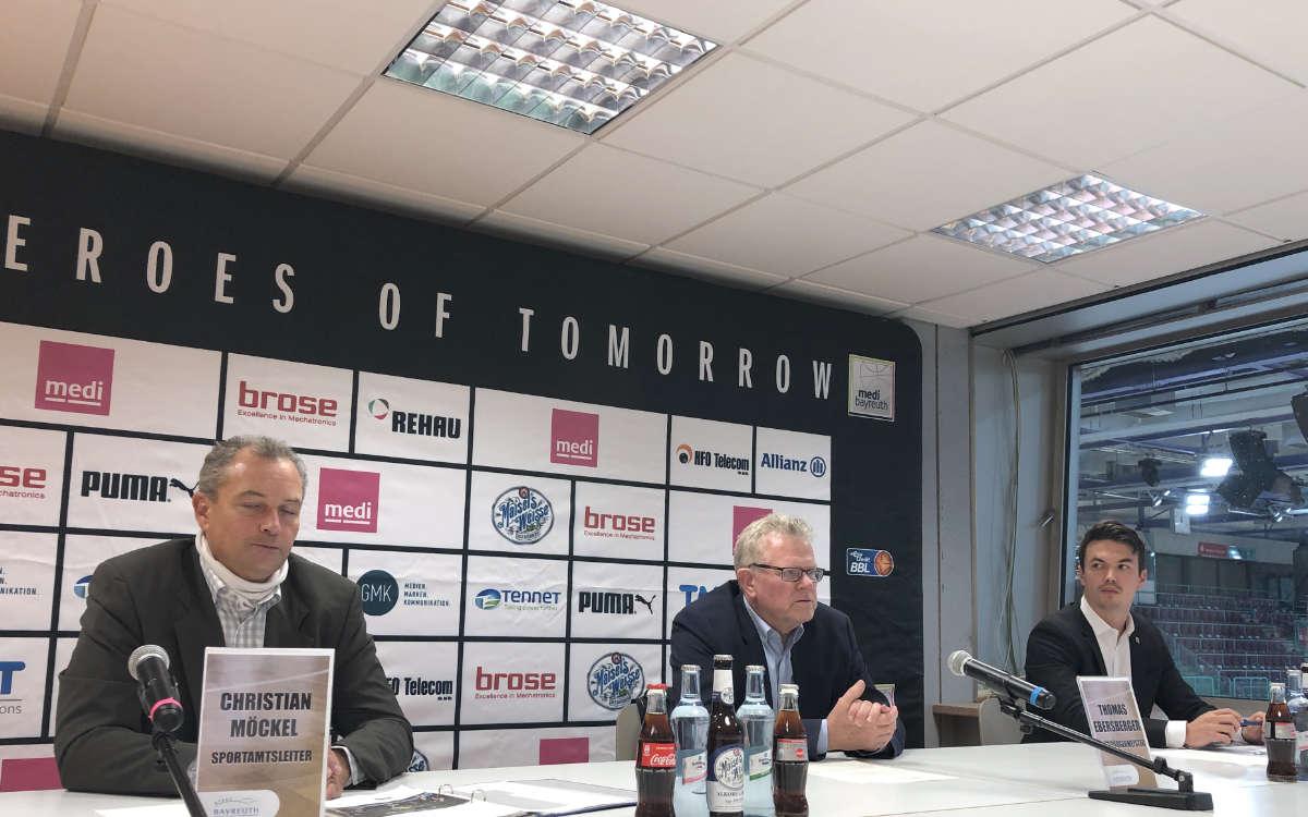 Pressekonferenz in der Oberfrankenhalle mit (vlnr.) Christian Möckel (Sportamtsleiter), Thomas Ebersberger (Oberbürgermeister) und Johannes Feuerpfeil (ab 1.11.2020 Geschäftsführer von medi bayreuth. Foto: Redaktion