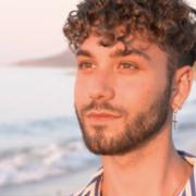 "Andrea aus Bayreuth ist Teilnehmer bei der Sendung ""Prince Charming"". Foto: Screenshot/rtl.de (https://www.rtl.de/cms/prince-charming-2020-andrea-der-flippige-friseur-mit-italienischem-charme-4619522.html)"