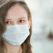 Ein Kind trägt wegen des Coronavirus eine Mund-Nasen-Maske. Symbolfoto: Pixabay