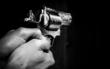 Ein Mensch hält einen Revolver. Foto: pixabay