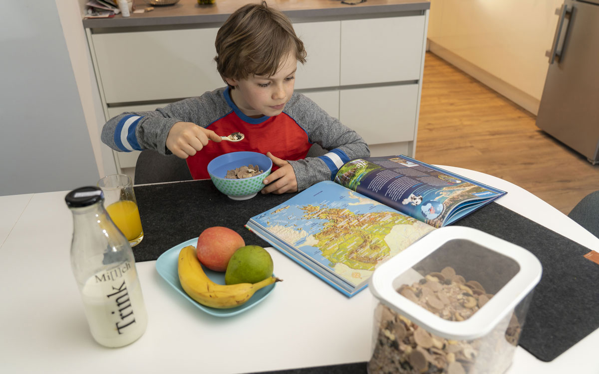 Ein ausgewogenes Frühstück fördert bei Kindern Aufmerksamkeit und Gedächtnisleistung. Foto: AOK-Mediendienst