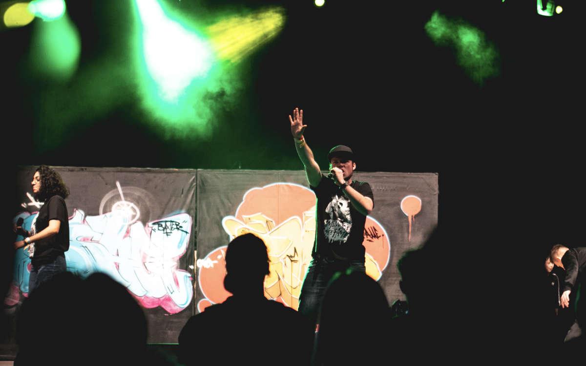 Rapper Bensen aus Hof von der Crew Rapausfranken bei einem Live-Auftritt auf der Bühne. Foto: LeonRenePhotography