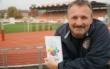 """""""Glücksmomente"""" heißt das neue Buch des Bayreuther Stadtrats Stephan Müller. Einer dieser Momente in der Stadtgeschichte spielte im Hans-Walter-Wild-Stadion bei der SpVgg. Foto: Raphael Weiß"""