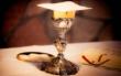 Für das Abendmal stehen Hostien, ein Kelch mit Wein und die Bibel bereit. Foto: pixabay