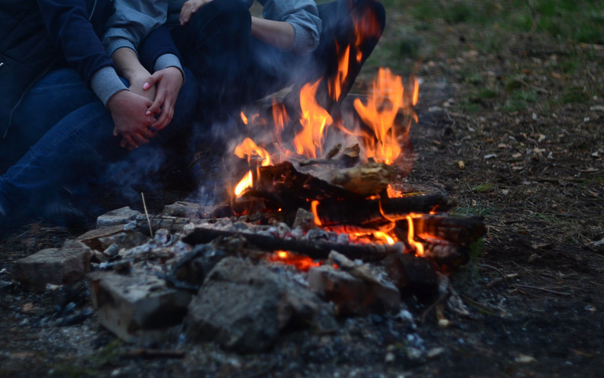 In Wunsiedel haben fünf Jugendliche gegen die Corona-Regeln verstoßen: Sie waren an einem Lagerfeuer gesessen. Symbolfoto: Pixabay
