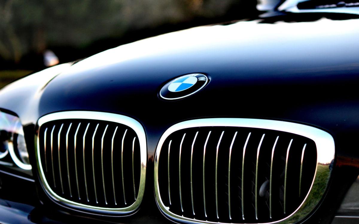 In Hof hat ein BMW einen Sanitäter während eines Einsatzes angefahren. Symbolbild: pixabay