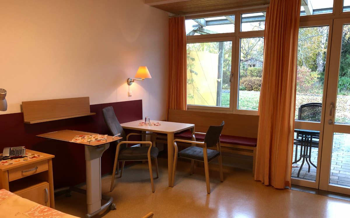 So sieht ein Zimmer im Albert-Schweitzer-Hospiz in Bayreuth aus. Foto: Katharina Adler