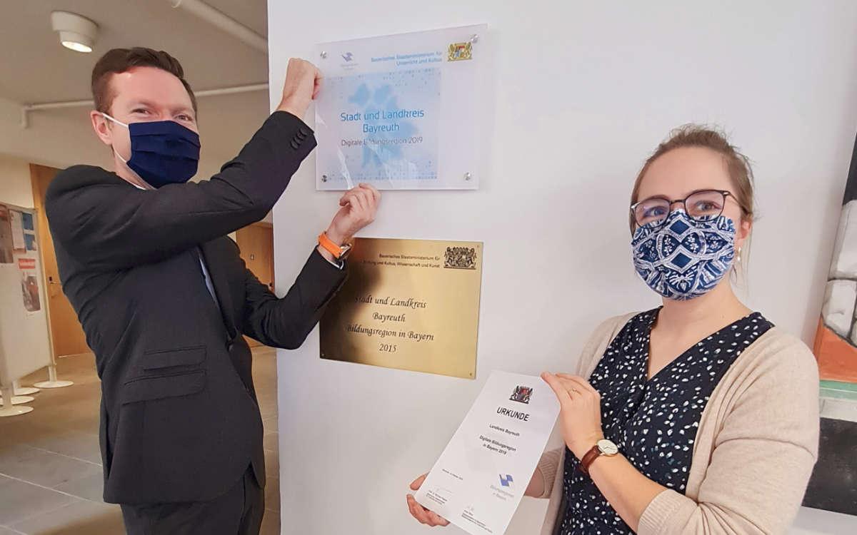 """Bayreuth ist jetzt eine """"Digitale Bildungsregion"""". Landrat Florian Wiedemann präsentiert das Schild im Landratsamt. Foto: Landratsamt Bayreuth"""