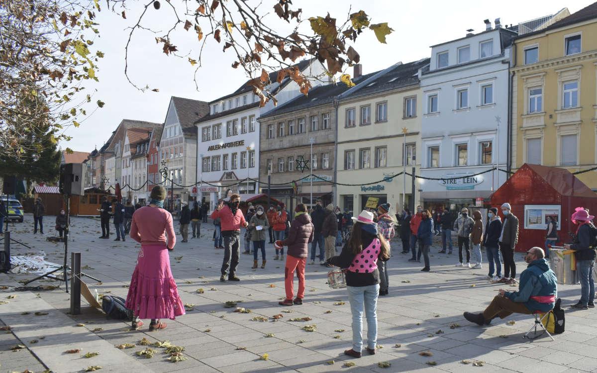 Aktivisten haben in Bayreuth gegen ein großes Bauprojekt und die Rodung des Dannenröder Forst demonstriert. Foto: dannibleibt_bt