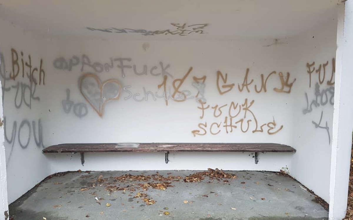 In Goldkronach haben unbekannte Schmierfinken mehrere Bushäuschen verunstaltet. Die Stadt sucht jetzt nach den Tätern. Foto: Stadt Goldkronach
