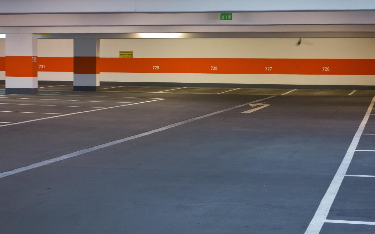 Auf dem Gelände der ehemaligen Markgrafenkaserne soll ein Parkhaus für 455eVans entstehen. Symbolfoto: pixabay