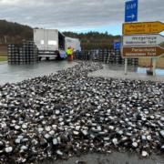 Bierlaster verliert im Kreis Bayreuth gesamte Ladung. Foto: Merzbach/NEWS5