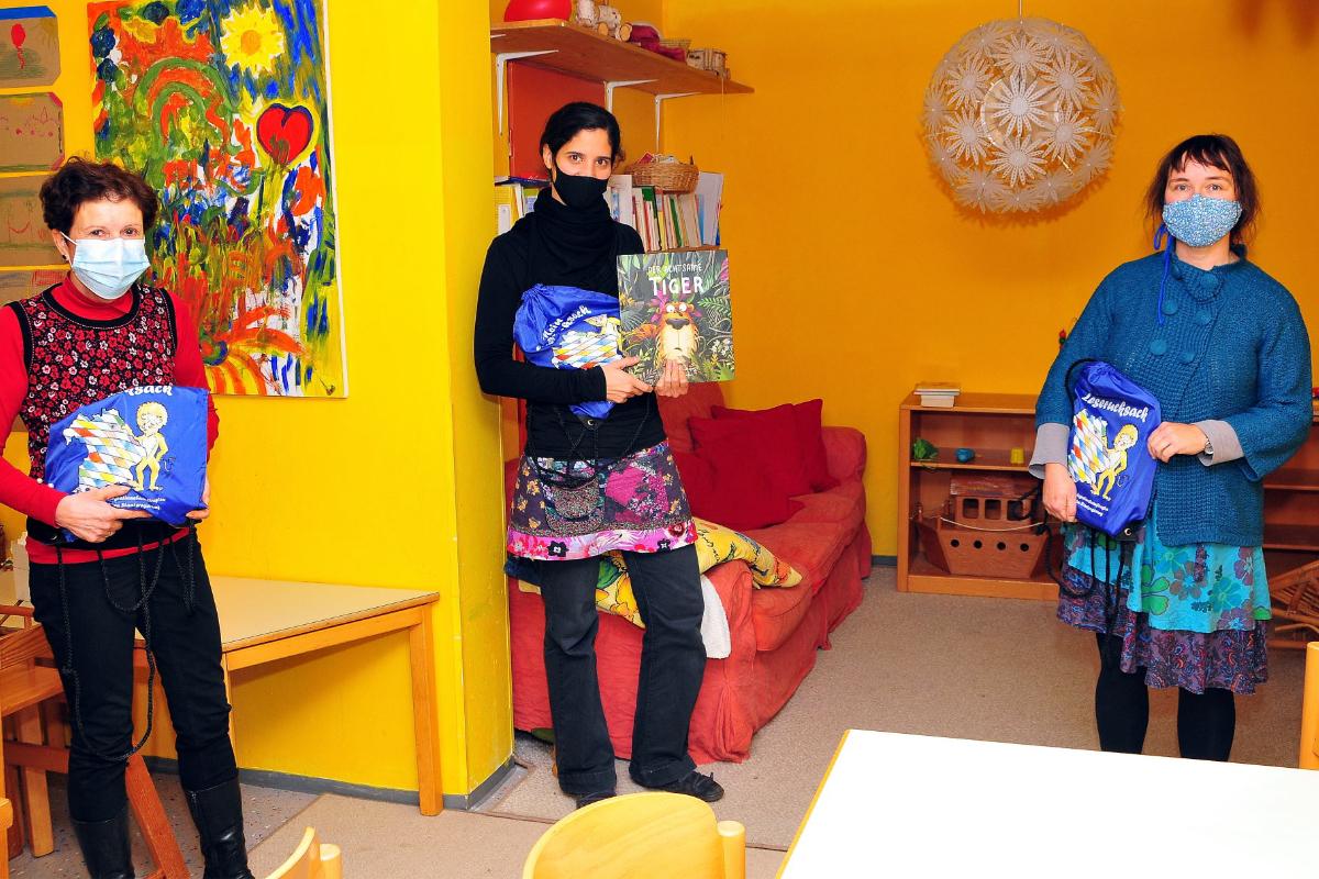 Die Abgeordnete Gudrun Brendel-Fischer (links) überreicht eine Spende in Höhe von 500 Euro an Rebecca Freyer (Mitte) und Ines Schönauer (rechts). Foto: privat