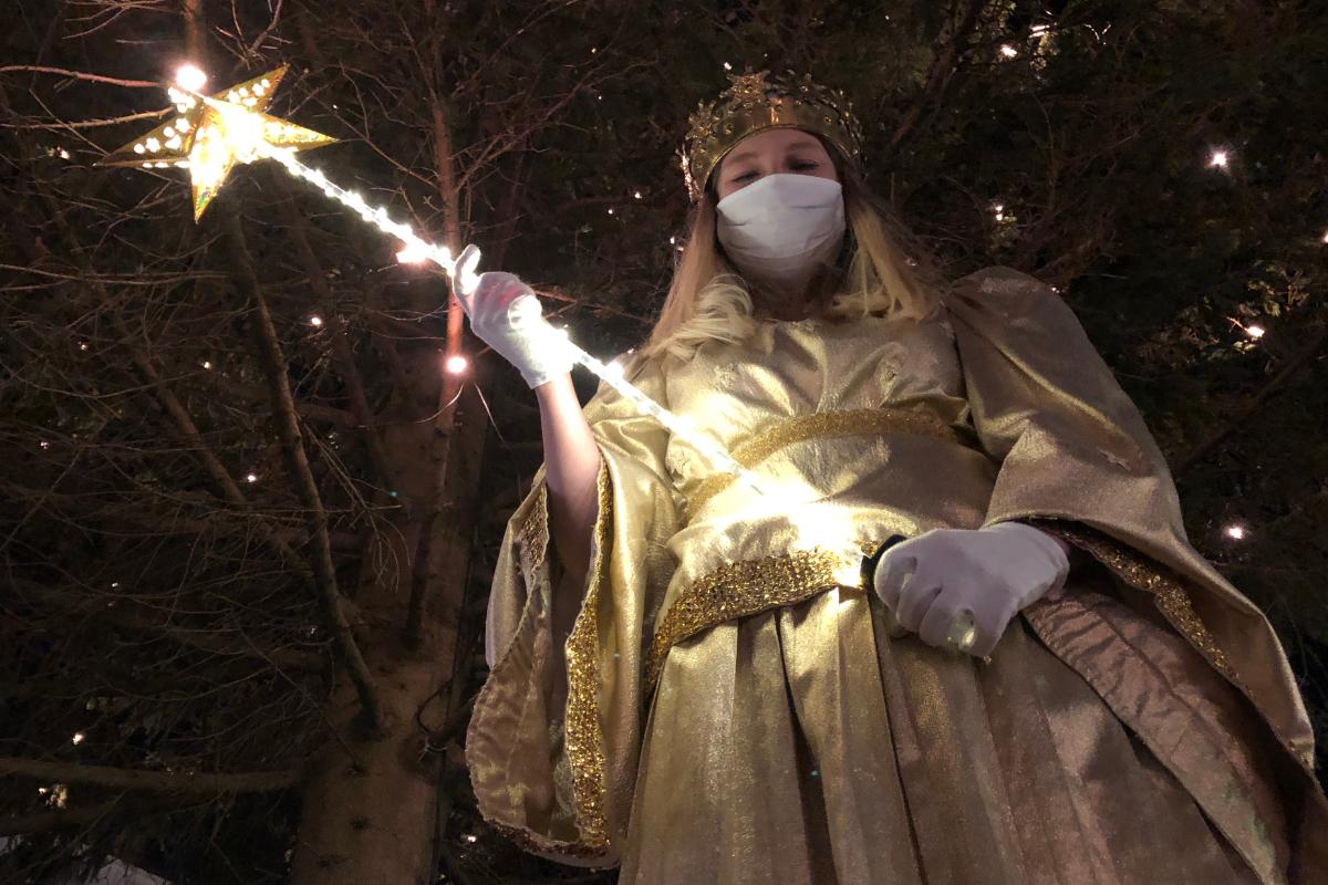 Am Montagabend (23.11.2020) hat das diesjährige Bayreuther Christkind die Fußgängerzone und den Christbaum symbolisch illuminiert. Foto: Raphael Weiß