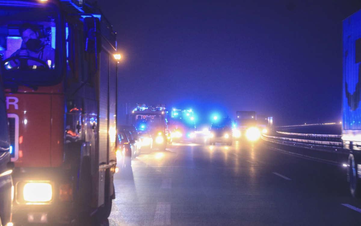 Im Landkreis Bamberg sind auf einem Autobahnparkplatz 1.000 Liter einer ätzenden Flüssigkeit ausgetreten. Foto: News5/Merzbach
