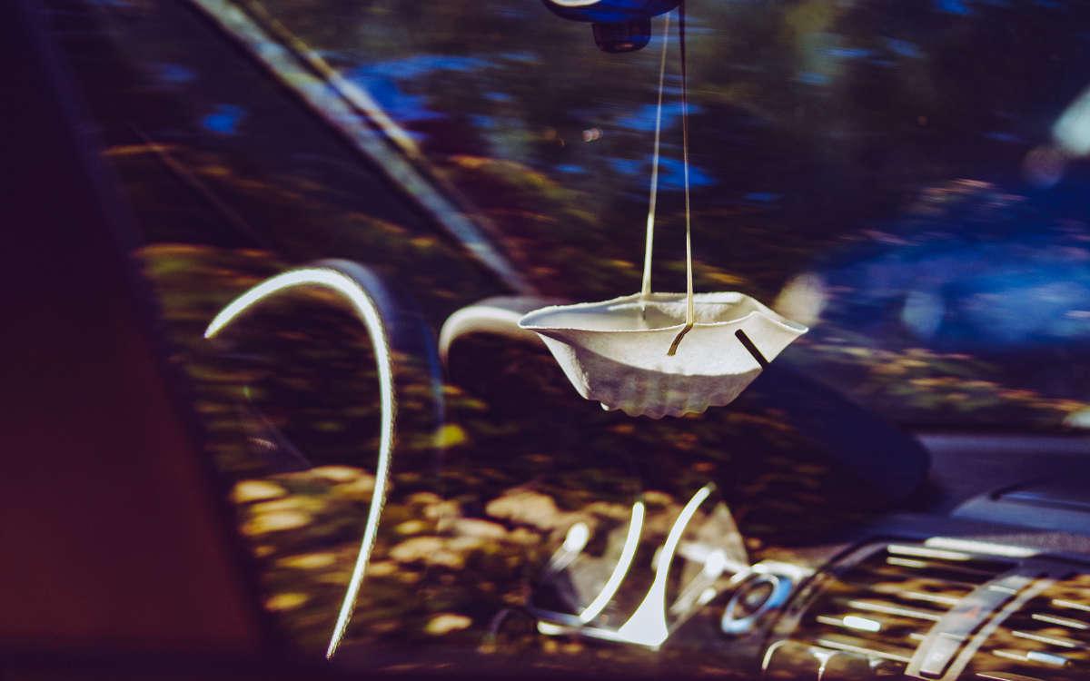 Eine Maske hängt wegen der Corona-Pandemie griffbereit im Auto. Foto: Pixabay
