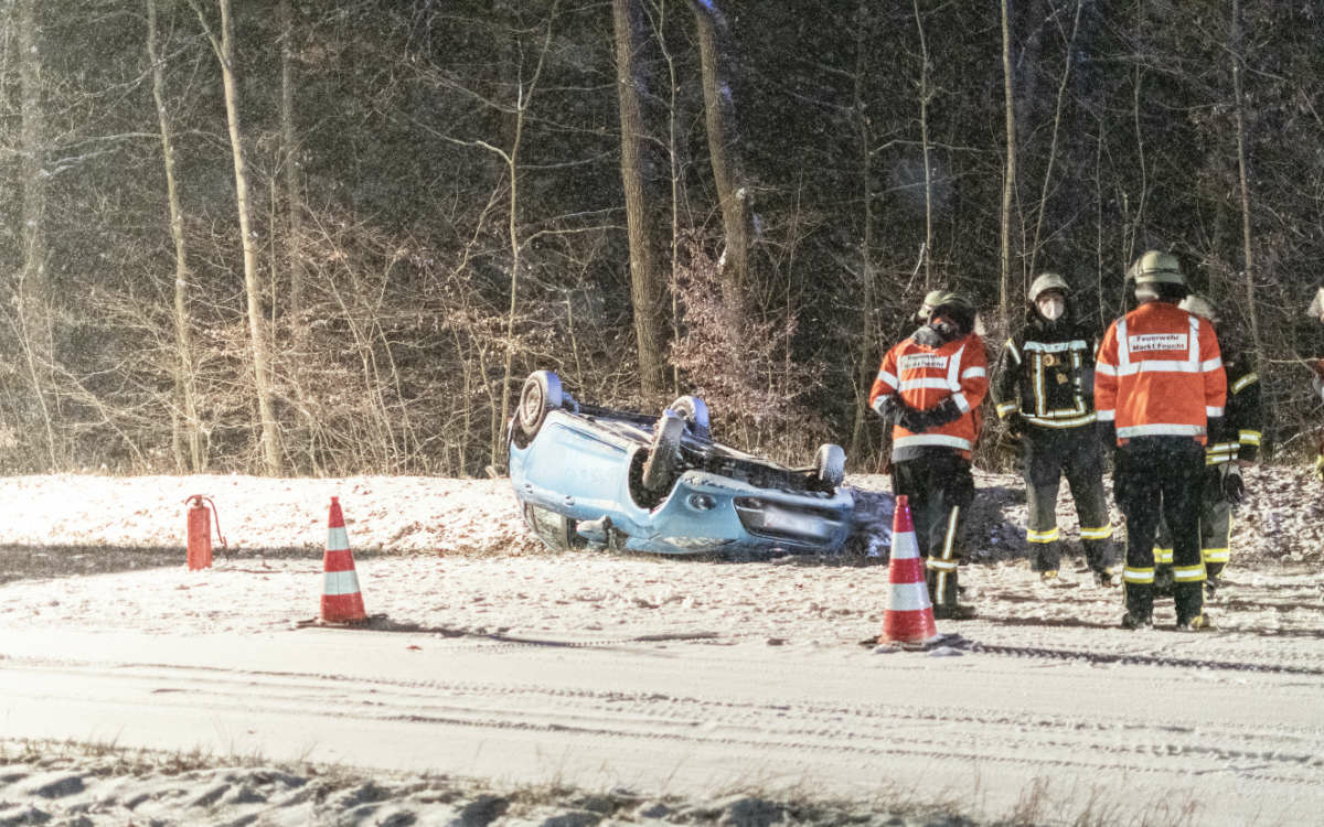 Ein Auto rutschte in Franken am Dienstag (1.12.2020) wegen Schnee in den Graben und überschlug sich. Foto: News5/Bauernfeind