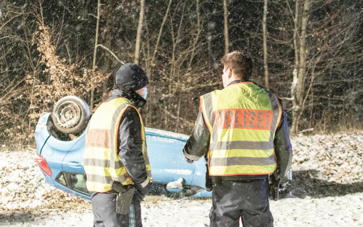 In Mittelfranken (bei Fürth) hat sich ein Auto wegen schneebedeckten Straßen überschlagen und ist im Graben gelandet. In Bayreuth gab es nur wenige Unfälle. Foto: News5/Bauernfeind