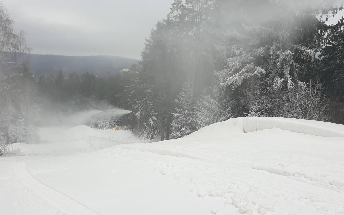 Am Ochsenkopf verschiebt sich der Saisonstart für Wintersportler. Auch die Schneekanonen stehen still. Foto: Landratsamt Bayreuth