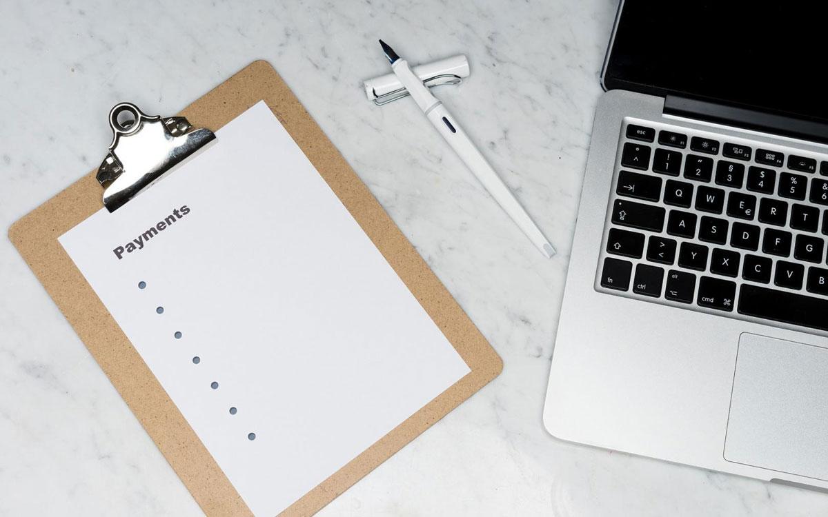 Wer die eigenen Finanzen im Blick behält, kann im besten Fall verhindern, in eine finanzielle Schieflage zu geraten. Ein Ratenkredit kann im Privaten ein großes Minus abfedern. Förderprogramm helfen Unternehmern. Foto: pixabay/viarami (CC0 Public Domain)