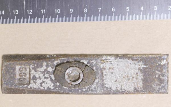 Dieser Hammer wurde von Polizisten am Tatort gefunden. Auffällig sind die Reste der silbernen Lackierung, die sich an Ober- und Unterseite finden. Foto: Polizei