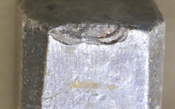 Soko Radweg. Am Tatort wurde ein Hammer gefunden: Auffällig ist auch die Abplatzung an der, von hinten gesehen, rechten Kante der Schlagfläche. Foto: Polizei.