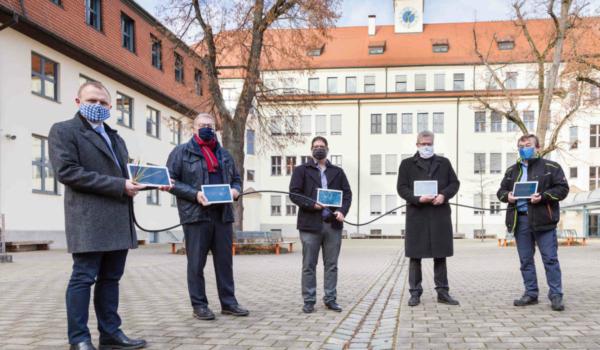 Die Stadt Bayreuth investiert rund 1 Million Euro in ein schnelles Internet für alle 23 Schulen in Bayreuth. v.l.: Christian Kramer (Schulleiter GMG), Jürgen Bayer (Geschäftsführer Stadtwerke Bayreuth), Sven Schorer (Prokurist und Teil der Geschäftsführung von TMT), Oberbürgermeister Thomas Ebersberger, Peter Maisel (Geschäftsführer TMT) stehen vor dem GMG. Foto: Stadtwerke Bayreuth