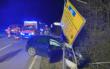 Im Landkreis Bamberg hat eine Frau eine Kreuzung übersehen. Ihr Auto wurde unter der Leitplanke eingeklemmt. Foto: News5/Merzbach