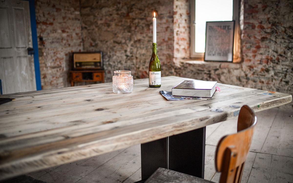 """An diesem Tisch im Albertshof kann man auch eine Tasse Schoggo Frängi schlürfen und in """"Oberfranken genießen"""" schmökern. Foto: Florian Miedl"""