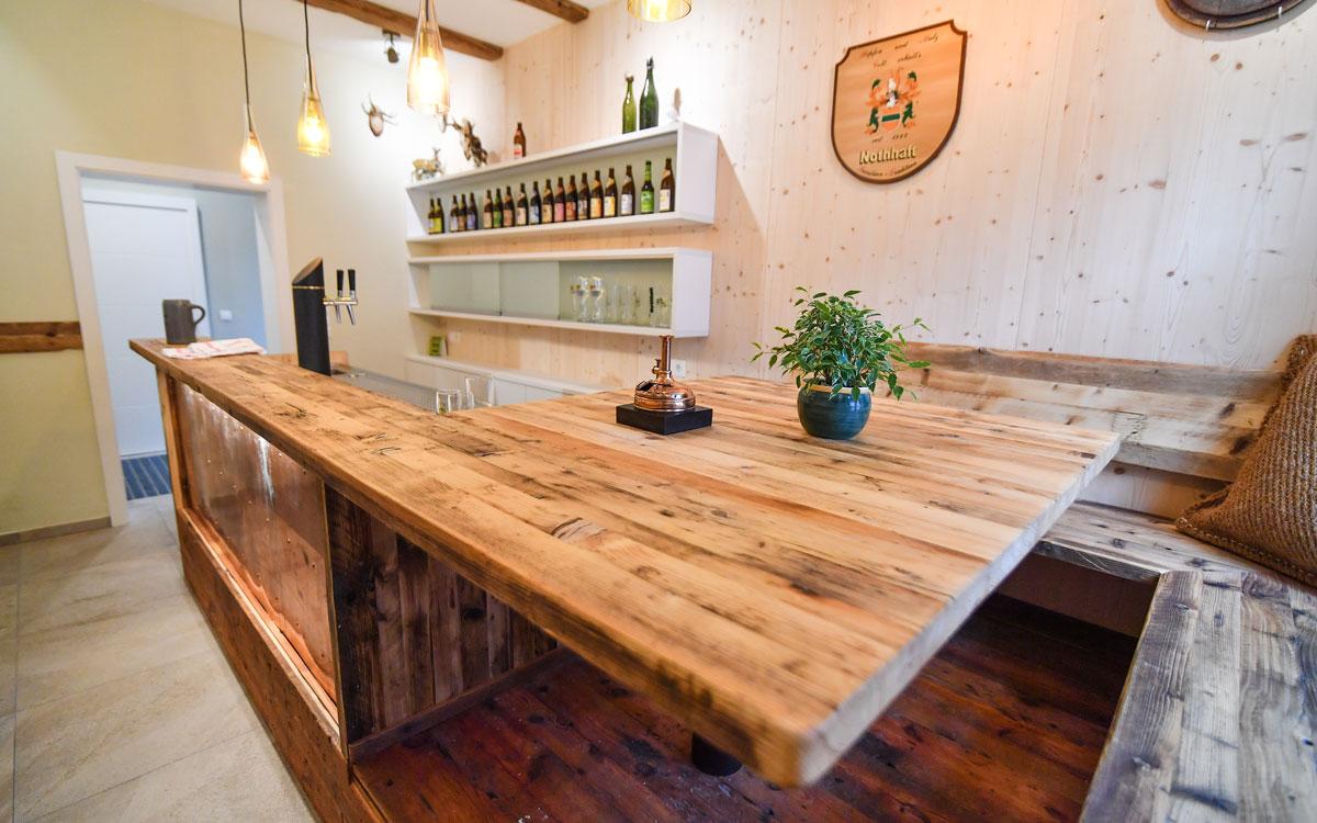 Diese Edictum-Bar steht im Showroom der Brauerei Nothhaft in Marktredwitz. Foto: Florian Miedl