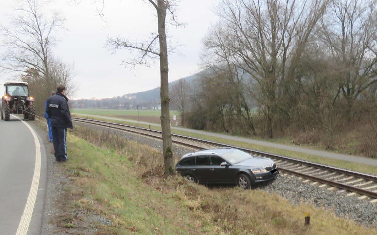 Im Landkreis Kulmbach ist ein Auto auf die Bahngleise gestürzt. Die Strecke musste für mehrere Stunden gesperrt werden. Foto: Polizei Stadtsteinach