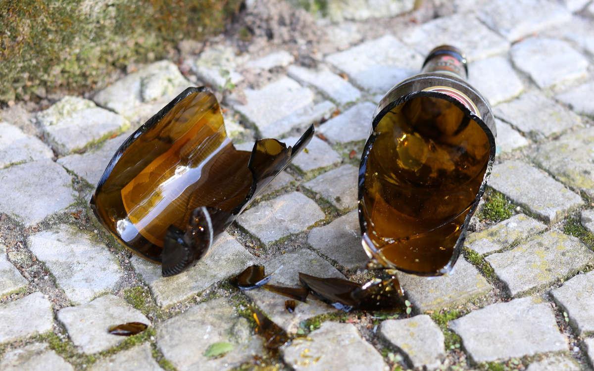 Ein Betrunkener mit 2,2 Promille hat in Marktredwitz eine Flasche vor ein fahrendes Auto geworfen. Das baute einen Unfall. Foto: Pixabay