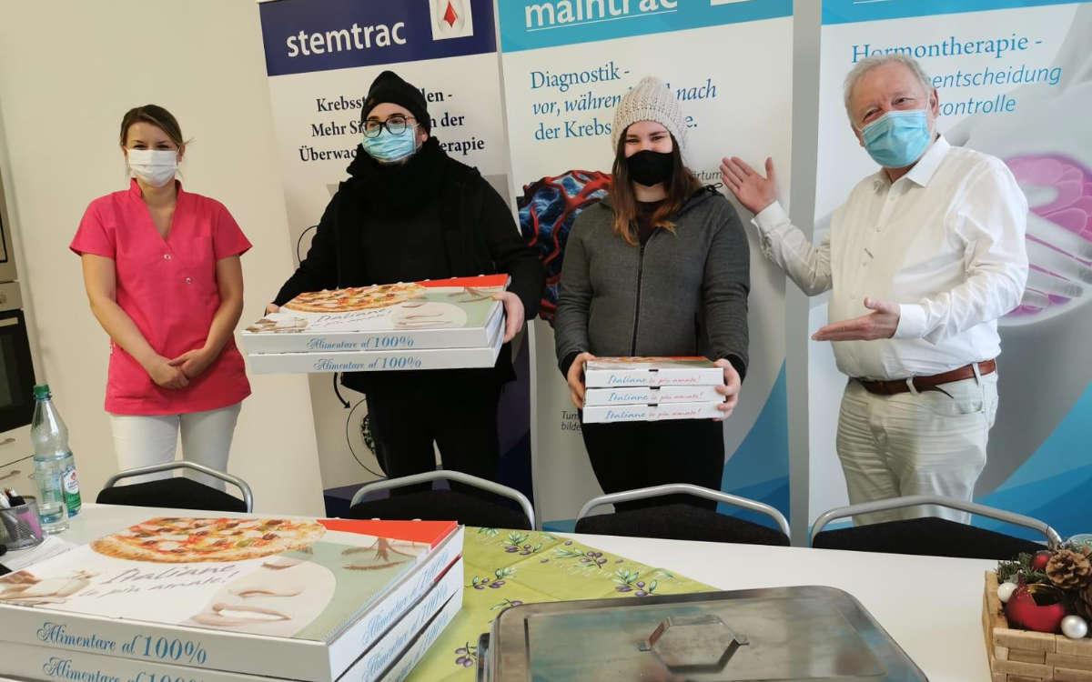 Gabriele Posteraro (zweiter v.l) und Tamara Retsch (dritte v.l.) von der Pizzeria San Marino in Bindlach bei der Spendenübergabe im Corona-Testzentrum an der Lohengrin Therme in Bayreuth. Foto: Privat