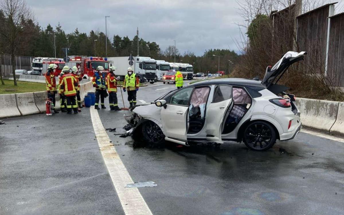 Unfall bei Bayreuth: Ein Auto ist mit 120 km/h durch den Parkplatz Sophienberg an der A9 gerast und verunfallt. Foto: Polizei Bayreuth